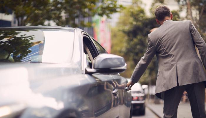 Mann öffnet Autotür; Foto: iStock.com/Tempura