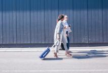 Drei Business-Frauen mit Rollkoffer; Foto: iStock.com/NoSystem images