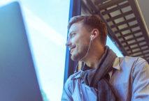 Mann mit Notebook und Kopfhörern im Zug; Foto: iStock.coMann mit Notebook und Kopfhörern im Zug; Foto: iStock.com/gruizzam/gruizza