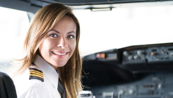 Pilotin in Cockpit; Foto: iStock.com/Hispanolistic