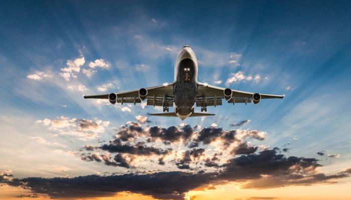 Flugzeug vor Sonnenuntergang; Foto: iStock.com/guvendemir