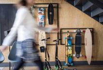 Frau vor Wand mit Skateboards; Foto: Schani Hotels