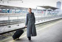 Geschäfsfrau mit Koffer auf Bahnsteig; Foto: iStock.com/kovaciclea