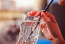 Strohhalm in Glas; Foto: iStock.com/Patrick Daxenbichler