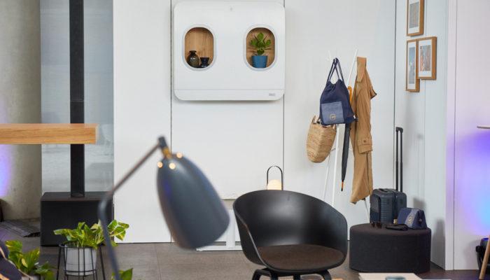 Bilderrahmen aus Flugzeug-Fenstern, Rucksack aus Upcycling-Kollektion; Foto: Miles & More GmbH