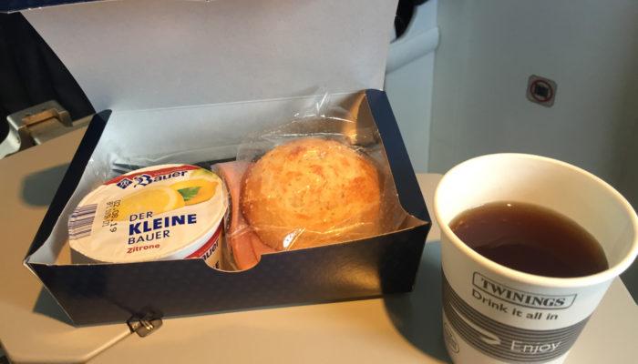 Snack auf dem Flug von Hamburg nach Friedrichshafen; Foto: Andreas Spaeth