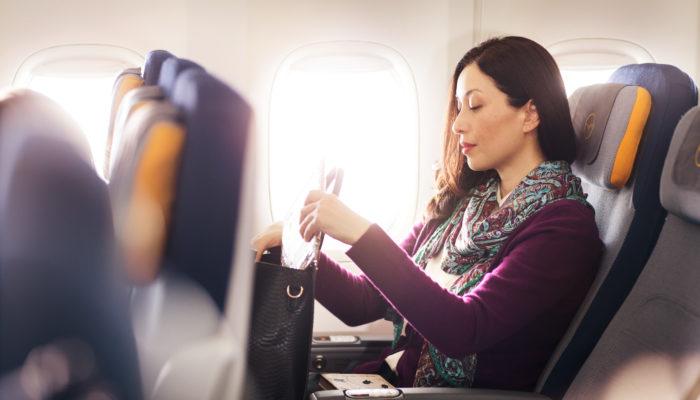 Frau mit Handtasche in Lufthansa-Kabine; Foto: Lufthansa Group