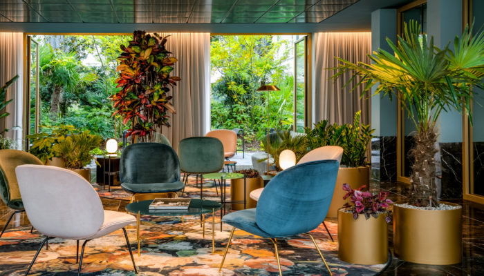 Blick in den begrünten Garten: Lobby im NH Collection Antwerp Centre. Foto: NH Hotel Group