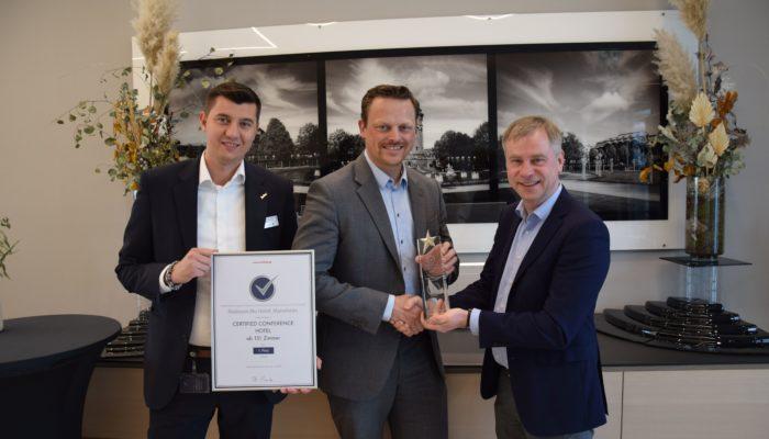 Certified Geschäftsführer Till Runte (3.v.l.) übergab die Auszeichnung an General Manager Florian Schindler (2.v.l.) und Convention Sales Manager Mario Haerter (1.v.l.) persönlich. Foto: ARIVA Hotel GmbH
