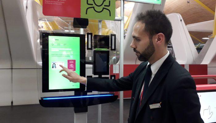 Mann an Gesichtserkennungssystem der Iberia; Foto: Iberia