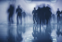 Crowds of running business in underground passage; Foto: iStock.com/gremlin