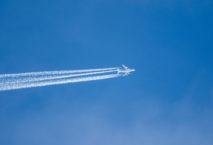 Flugzeug mit Kondensstreifen; Foto: iStock.com/j2chav