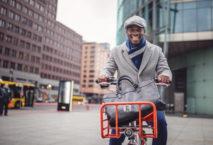 Junger Business-Mann auf Fahrrad; Foto: iStock.com/FluxFactory
