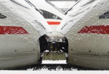 Zwei ICE-Wägen im Schnee; Foto: iStock.com/thamerpic