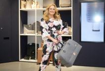 Barbara Schöneberger präsentiert ihre neue Titan-Kofferkollektion. Foto: © Miles & More GmbH