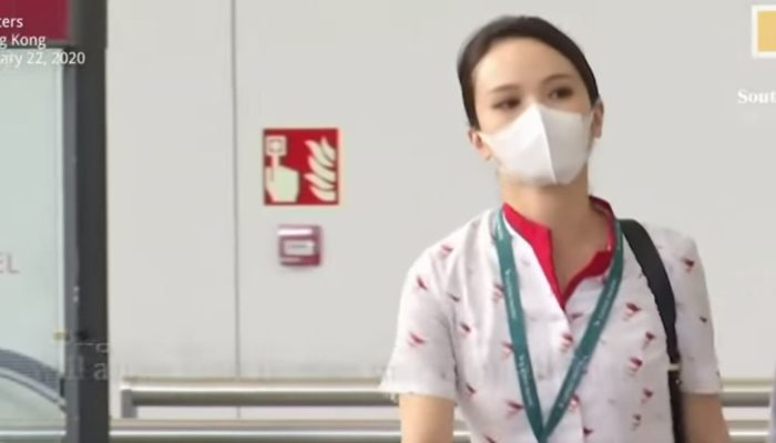 Flugbegleiterin der Fluggesellschaft Cathay Pacific mit Mundschutz. Screenshot: South China Morning Post/Youtube.com