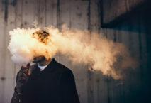 Seit Ende 2019 strengstens verboten: E-Zigaretten rauchen in Indien. Foto: iStock.com/RyanJLane