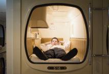 Geschäftsmann in einer Schlafkapsel; Foto: iStock.com/Image Source