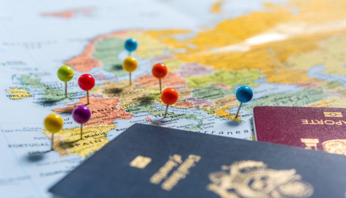 Landkarte EU mit Pässen; Foto: iStock.com/CHUYN