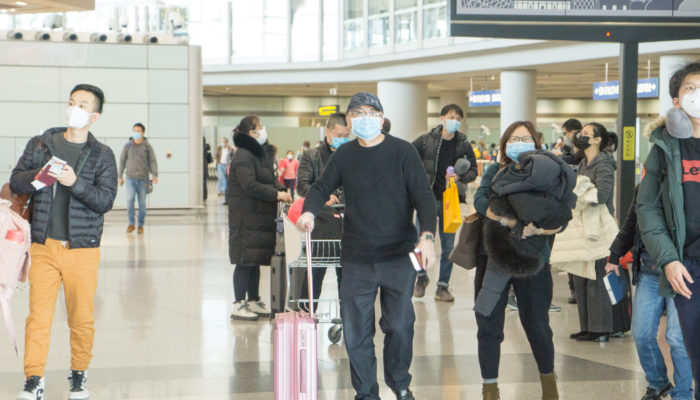 Reisende am Flughafen in Peking. Foto: iStock.com/XiFotos