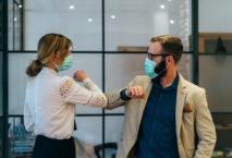 Alltag während der Coronavirus-Pandemie: Business mit Abstand und Mundschutz. Foto: iStock.com/martin-dm