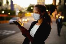 Weibliche Geschäftsreisende Corona-Pandemie