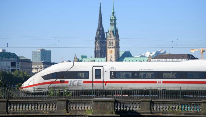 ICE 4 vor der Einfahrt in den Hamburger Hauptbahnhof. Foto: DB