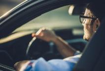 Geschäftsmann bei einer Autofahrt. Foto: skynesher / iStock